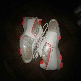 Sällsynta Diesel psyke skor i glitter storlek 41. Skit coola skor som säljs för att jag har för stora fötter för dom:'(. Nästintill helt nya och helt o använda. Öppen till frågor och bud!