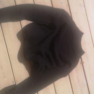 En svart stickad tröja i strl s, använd 1 gång
