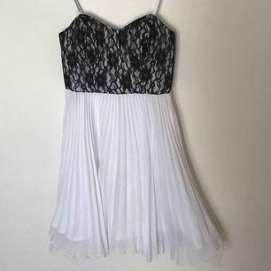 Snygg klänning från Paris Kate & I i storlek XS! Bra skick. Köparen står för frakten men kan även mötas upp i Uppsala, Knivsta eller Sigtuna. Tveka inte att fråga mig om något!