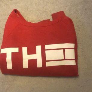 Röd tommyhilfiger tröja som säljes eftersom jag har tröttnat på den och den ligger oftast o skräpar i min garderob eftersom den sällan används!