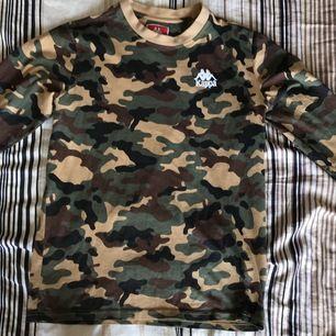 Snygg långärmad Kappa t-shirt i camouflagemönster