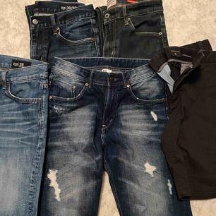 1 par shorts storlek 30, 1 par jeansshorts storlek 28, 1 par jeansshorts storlek 152, Smala jeans i storlek 30/32. Mycket fint skick, hämtas i Viskafors