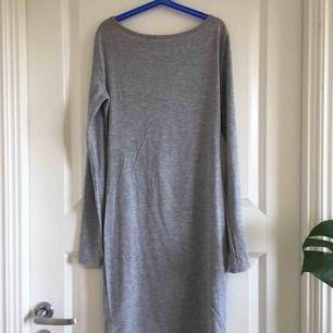 Långärmad grå klänning med djup urringning bak från märket club L (köpt på nelly). Frakt på 49kr tillkommer!