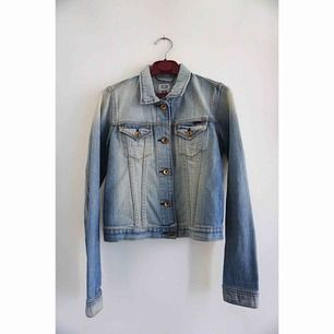 Jeansjacka från Crocker. Knappt använd, bra passform. Originalpris 699kr.