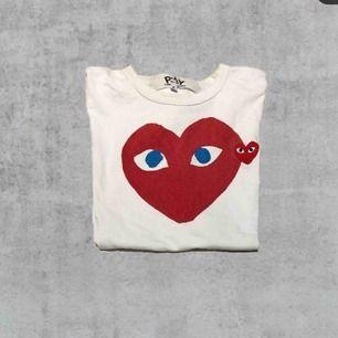 Comme des garcons t-shirt, självklart äkta köpt på NK. Priset kan diskuteras och tar emot byten. Cond 8/10