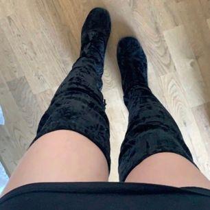 Högklackade overknee skor i Storlek: 38,5 men funkar för 38. Använda fåtal gånger. Högst bud vinner 🌸 Mörkblå/svart tyg