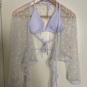 Vit bikini topp med vit prickig blus. Helt ny och provad en gång från Shein. Tjockt material så den blir inte see through.