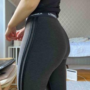 +frakt Stronger tränings tights. Snygga, sköna tights som endast är 1 år gamla och få ggr använda. Köpte de för 700kr. Bra skick väldigt fina och tjockt bra kvalitets material. Trosorna syns inte igenom. Färgen är svart blandat med mörkgrå.