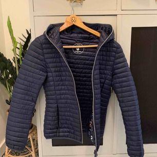 Säljer min save the duck ultra Light jacket. Den har blivit för liten, är inte använd så mycket så är i fint skick. Är en bra vårjacka/skidjacka. Kan mötas upp eller frakta. Köparen står för frakten. Köpte ny för 1599kr