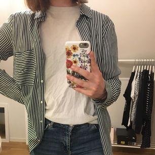 Skitsnygg randig skjorta från Pull & Bear! Storlek M men passar bra för XS/S beroende på hur man vill att den ska sitta. Jättefint skick, använd endast ett fåtal gånger. Köparen står för frakt 📦