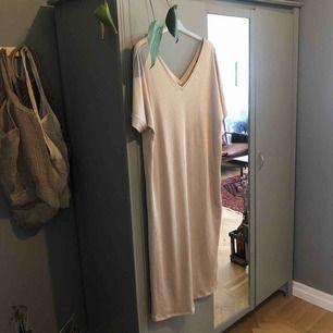 Beige/guldaktig slapp långklänning. Använd en gång. Totalpris: 360 kr inkl frakt