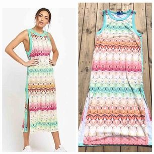 Säljer denna söta maxi klänningen från adidas med slits där nere och full av färgglada Fjärilar  Super vacker och slut såld över allt!  Fint skick! Skulle passa en s och m står m i den  Frakt 60 kr