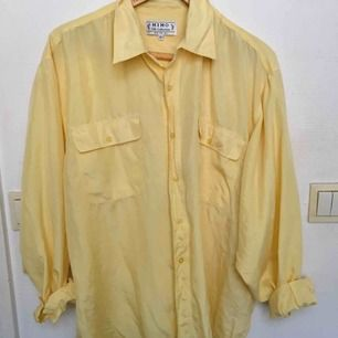 Oversize skjorta i 100% silke. Köpt på second hand. Luftig å perfekt till sommaren! Möts upp i centrala Sthlm annars tillkommer frakt 🌞