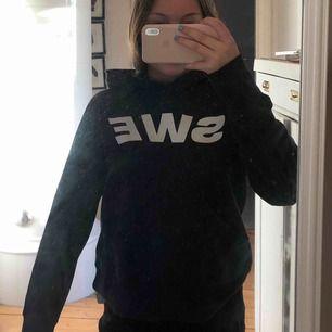"""En gammal secondhand hoodie som är mörkblå med trycket """" swe """". Tröjan är i fint skick och nt använd mer än 3 ggr! 💕💕"""