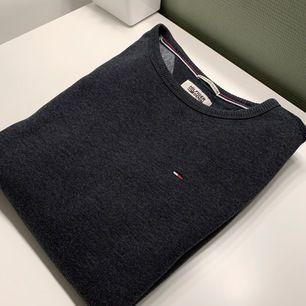 En mörkblå-grå Tommy Hilfiger sweatshirt i fint skick, väldigt varm och skön! Passformen är oversized S🦋   Frakt:66kr