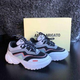 Asballa Axel Arigato sneakers. Köpta förra sommaren och knappt använda så dom är i nyskick. Allt tillbehör finns kvar. Nypriset för dom va ca 2700 men köpte dom på rea för ungefär 1700. Priset går att diskutera!