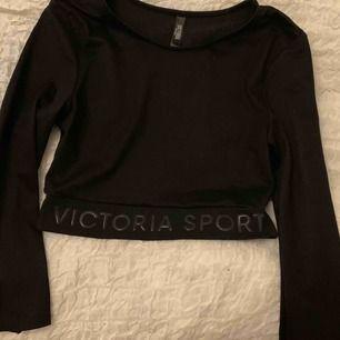 Kroppad svart top ifrån Victorias secret, använd max 2 gånger