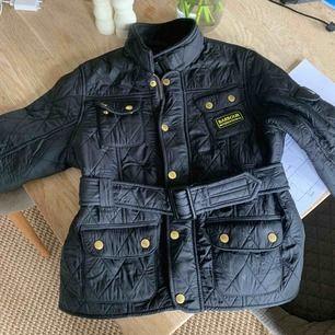 Äkta barbour-jacka för barn!! Köpt i London flera år sedan. Står storlek XL, men är i barn, så tippar på en 140 ungefär. Frakt läggs till!!