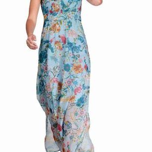 Vacker blommig klänning - helt ny Från Cheer Storlek 36