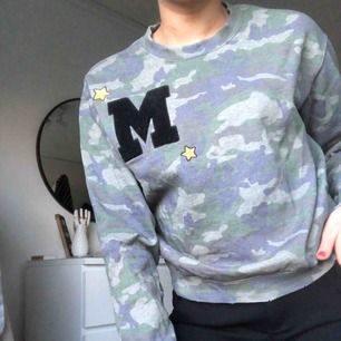 En tröja från BikBok med militärmönster. Märket är ett stort M med två stjärnor på sidorna. Det är i storlek S men sitter inte alls tajt på kroppen. Tröjan är dels mjuk inuti och bara använts några fåtal gånger. Köparen står för frakten🌟🌟