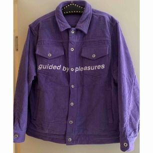 Guided by Pleasures corduroy trucker jacket Stl: L modellen har L på sig. Nypris: 140 USD = 1385 SEK Mått: byst 58cm, axelbredd 17cm, axelsöm-till-axelsöm 49cm, ärmlängd 62cm, längd från axel 69cm. Skick: som ny! Använd på en plåtning. Frakt ingår