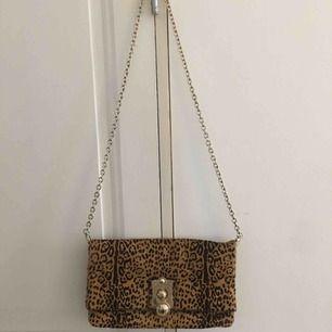 Vintage chloé väska med leopardmönster och fin guldig kedja. Den har två fack och är i nyskick. Bud från 1500kr