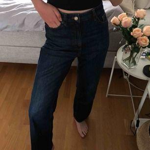 Intressekoll!!!🤍 Funderar på att sälja mina mörka taiki jeans från Monki som ska vara helt slutsålda. Lägg gärna bud eller skriv vid intresse🕊🕊🕊 straight leg/wide modell
