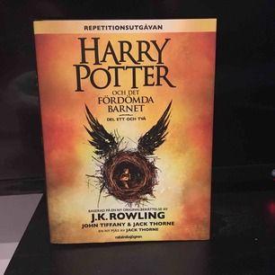 Harry Potter och det fördömda barnet del ett och två! Manus Script - Baserat på en ny original berättelse av J. K. Rowling❤️