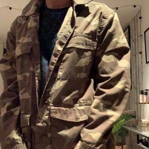 Militärmönstrad jacka från H&M. Köpt på hm i London för ca 2 år sedan. Den är i väldigt bra skick och har inte använts så mycket på senaste tiden! Kontakta vid intresse!