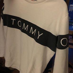 En skön och snygg sweatshirt från tommyhilfiger, frakten är inkluderad i priset ;)