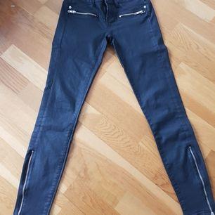 Svarta byxor stl 36 ( vaxade ) i bra skick, köparen står för frakten