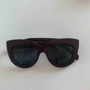 Säljer ett par oanvända vinröda/lila solgalsögon från Gina tricot. Skick 10/10💜 30 kr + frakt (11 kr)