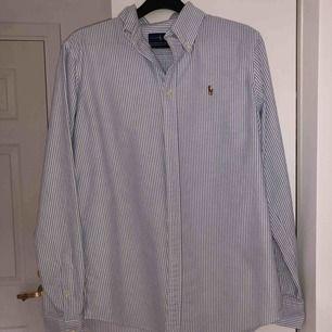 Ralph Lauren skjorta inköpt i USA. Sneköp av mig, aldrig använd. Så gott som ny.  Fraktar eller möts upp i närheten av Lidingö💞