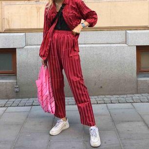 Halloj! Säljer mitt röda favoritset. Storlek 40/42 i både byxor samt övre delen. Tanken är väl att det är en pyjamas men funkar lika bra på stan!