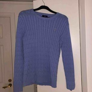 Superfin kabelstickad tröja från Gant. Så fin med tex en skjorta under. Sparsamt använd och inga tecken på slitage. Fraktar eller möts upp i närheten av Lidingö❤️