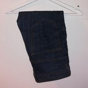 Ett par mörkblå högmidjade crocker jeans. 🦋 Måttligt använda. Små slitningar (se bild 3) men syns ej på. Frakt ingår i priset!