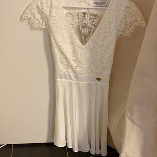 Superfin vit klänning som är endast använd 1 gång.          Passar perfekt till student, avslutning, konfirmation mm. Köparen står för eventuell fraktkostnad. Nypris 599kr, buda gärna, priser går alltid att diskutera  💜