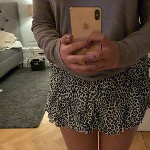 Sjukt najs shorts som ser ut som en kjol på utsidan😍otroligt skön och najs till sommaren!