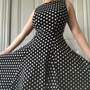 Prickig 50 tals klänning med fickor! Som jag säljer för att jag knappt fick något tillfälle att använda den. Bara använd en gång så den är som ny.