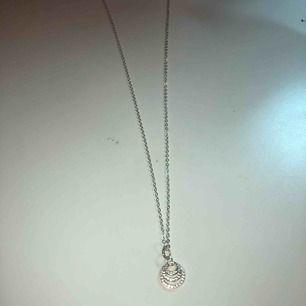 Jättefint halsband från Snö of Sweden! Säljer då de inte kommer till användning, nypris ca 300 kr. ❣️❣️❣️