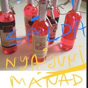 🥳NYA INGÅR ETT PAR Likör röd flaska PARTY ÖRHÄNGEN I AKRYL  😃🌸 Leveras med en glittrig tyg etuiet,