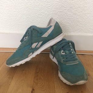 Turkos Reebok sneakers. Använda men i bra skick. Är storlek 37 men känns mer som 37,5/38. Köparen står för porto eller möter i Malmö 🌸