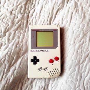Äkta retro Gameboy! Helt utan repor på skärmen (se bild) spelade på det som liten, borde fungera fortfarande.