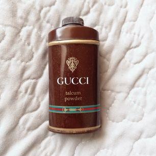Äkta vintage gucci talc. Har letat och inte hittat något likande någonstans, så väldigt unik! Kan därför inte ritnigt säga när det är ifrån. Tror det är gucci no 1 utifrån liknande vintage produkter.