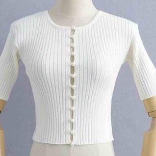 Säljer dessa finna sommar tröjor i 3 färger. Finns S M L. samt finns det 3 stycken tröjor av varje storlek i varje färg kategori. Helt nya!  Frakt tillkommer 63kr