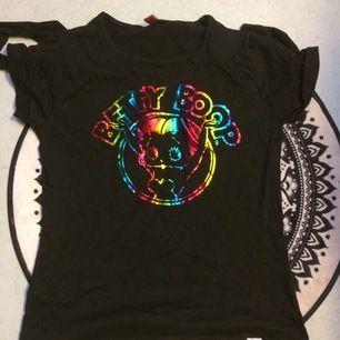 Betty Boop tshirt/Top i storlek L med print i metallicfärger. Använd nån enstaka gång så i fint skick :) priset är inkl vanlig frakt.