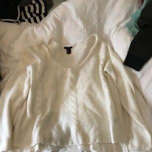 """Vit stickad tröja från h&m. Är väldigt urringad i modellen men i ett väldigt skönt och mysigt material! På sidan är det """"uppklippt"""" och på framsidan är det tre """"flätor"""" kan man säga. Köpare står för frakt.💞"""