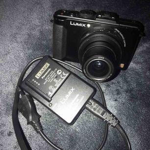 Säljer min kamera som är i bra skick, och har haft den i många år, men vill ha en ny då jag håller på med youtube och behöver en bättre.  Vad kommer med?  - Överföringssladden - Batteriet + laddaren till batteriet  Köp den så blir den din😊