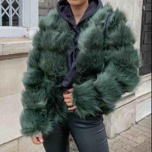 Faux fur jacket i kort modell. Endast använd 1 gång. Priset går att diskuteras och köparen står för frakten