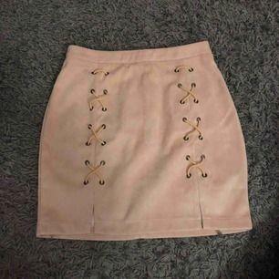 Beigerosa kjol från DM. Aldrig använd då den är för stor. Köparen står för frakten 🌸